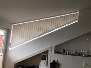 Sonnenschutz in Sonderform -Schräge Vertikalstores von Schiebek Raumausstattung für die Schleppgaupe