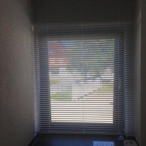 Horizontaljalousie in weiß, Sonnenschutz MaßanfertigungKempten/Allgäu mit Bedienkette