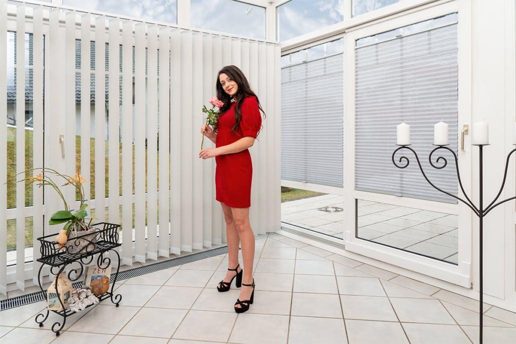 Sonnenschutz Plissee, Faltstore, Lamellenvorhang oder Vertikalstore in einem Wintergarten. Raumausstattung in Kempten/Allgäu