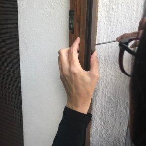 Insektenschutz Pendeltüre Kempten, letzte Anpassungsarbeiten